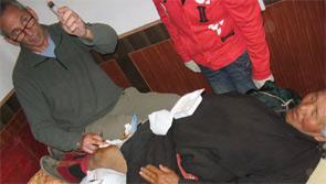 Dr. Fohrman injecting a woman's arthritic knee.
